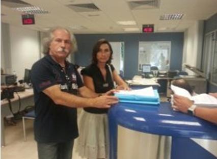 Plataforma Impostos Justo. Cristina Martínez i Luís López en el moment del lliurament a l'OAC