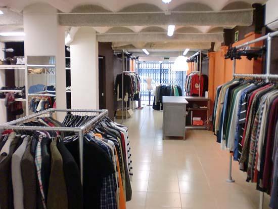 Avui s 39 inaugurar oficialment la botiga roba amiga de for Roba usata regalo