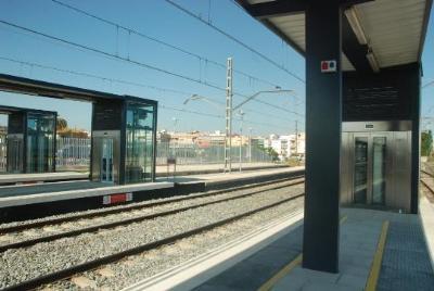Ajuntament de Cunit. Adif instal.la nous tancaments a la tanca de l'estació de tren de Cunit