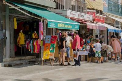 Ajuntament de Calafell. Els comerços de Calafell liquiden els productes d'estiu al Mercat d'Estocs