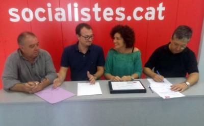 EIX. Juan Luis Ruiz i Teresa Llorens han entregat avui els avals recollits entre la militància