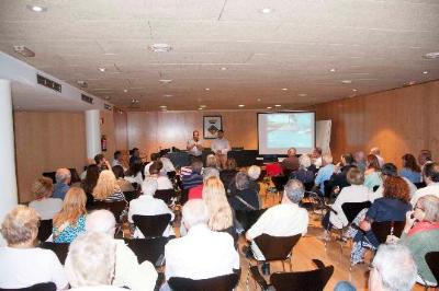 Ajuntament de Calafell. L'Ajuntament de Calafell es reuneix amb els veïns del Passeig Marítim per explicar-los el desenvolupament de les 2 últimes fas