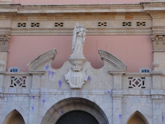 Plataforma per Catalunya. Taques de pintura a la façana de l'església de Sant Antoni Abat