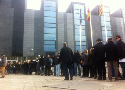 Carles Castro. Unes 200 persones fan cua als jutjats de Vilanova per autoinculpar-se del 9N