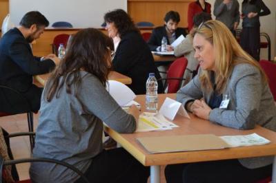 Ajuntament de Sitges. 20 candidats i una vintena d'empreses se sotmeten a un Speed Dating, un sistema d'entrevistes ràpides per trobar feina i buscar