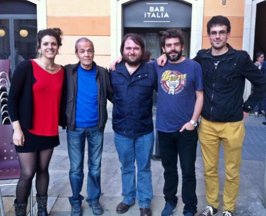 Raül Maigí. D'esquerra a dreta, Carla Benet, Antoni Munné-Jordà, l'editor Ricard Planas, David Gálvez i Albert Pijuan, al Bar Italia de Vilanova