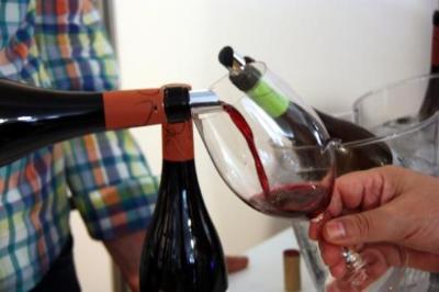 Detall d'un visitant omplint la seva copa amb vi negre a la 27a edició de la Festa del Vi de Gandesa. ACN