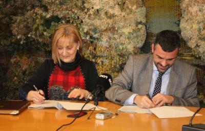 Ajt Sant Sadurní d'Anoia. El conseller Vila i l'alcaldessa Maria Rosell signen un conveni de col·laboració per a l'execució del projecte de millora de