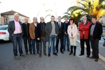 Foto de família dels alcaldes ebrencs de l'N-340 i representants de la federació de transportistes de Tarragona, al Pon penjant d'Amposta. ACN