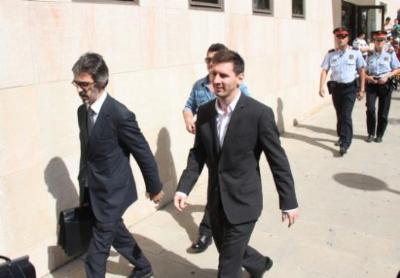 Messi surt acompanyat del seu advocat dels jutjats de Gavà en una imatge del setembre del 2013. ACN