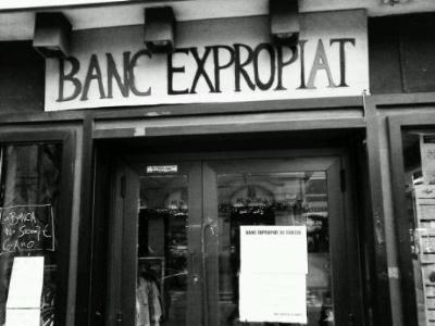 Ocupen una antiga oficina de Banesto, a Vilanova, per convertir-la en un Casal de Joves. EIX