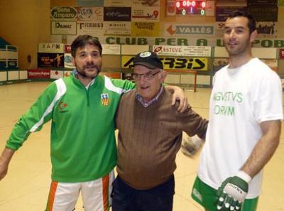 Eix. Vicente Weiler amb l'entrenador i el capità del CP Calafell