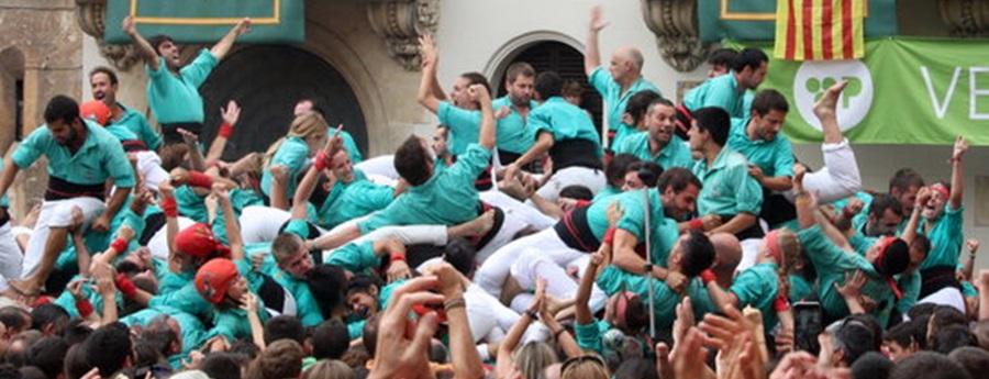 Els membres del folre del 4 de 10 dels Castellers de Vilafranca criden eufòrics després d'haver carregat aquest castell per primer cop