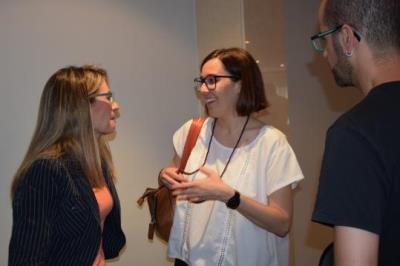 A la dreta, Eva Leal, de l'Institut d'Investigació Biomèdica de Bellvitge (IDIBELL) parlant amb Patricia Rubio, representant d' Obra Social la Caixa.