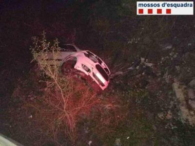 Denunciat penalment un conductor que circulava begut i temeràriament per les costes del Garraf fins que va estimbar-se per un pont a Sant Pere de Ribe