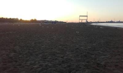 Dispositiu especial de neteja de les platges després de la revetlla de Sant Joan a Vilanova. Ajuntament de Vilanova
