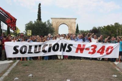 """Els alcaldes del Pacte de Berà i de les Terres de l'Ebre """"s'encadenen"""" a l'N-340 per reclamar la gratuïtat de l'AP-7. ACN"""