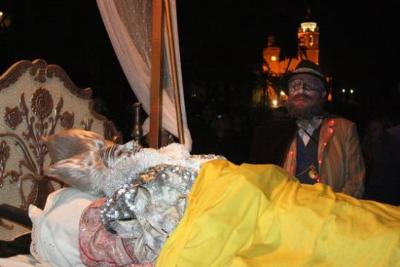 Els artistes modernistes s'acomiaden del Carnaval de Sitges amb l'enterrament del Rei Carnestoltes. ACN