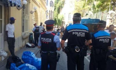 Els Mossos d'Esquadra i la Policial Local intensifiquen el control sobre el top manta a Sitges. Mossos d'Esquadra