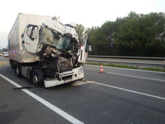 Espectacular accidente entre dos camiones en la AP-7, que provoca largas colas en Subirats.  Ramon Delgado