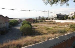 Gran pla general de la zona on conviuen la fàbrica de Componentes Vilanova i els veïns més propers. Els edificis es poden observar al fons de la imatg