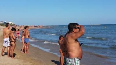 Imatge de banyistes a la platja de La Mota de Cubelles aquest divendres 26 d'agost a la tarda. ACN