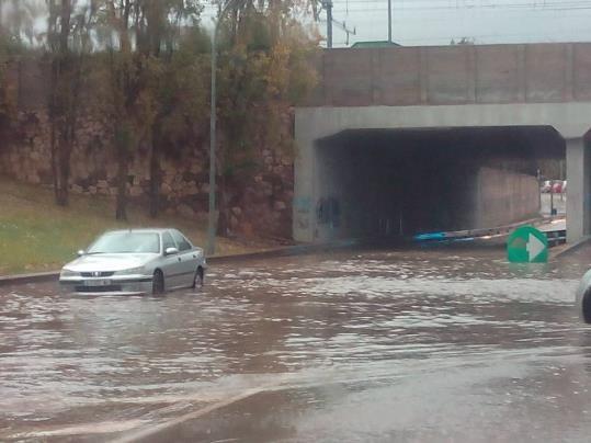 L'aigua inunda la ronda Europa a Vilanova i la Geltrú. Xavier Escofet
