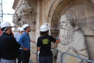 L'església de Sant Antoni Abat restaura la façana principal. Míriam de Lamo