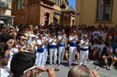 Més de 100 músics protagonitzen l'Entrada de Grallers en l'inici de la festa de Sitges. Ajuntament de Sitges