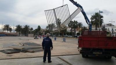 Retiren la tanca de la plaça del Port. Ajuntament de Vilanova