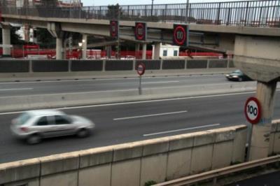 Un panell de velocitat variable marca 100 quilòmetres per hora a l'autopista del Garraf (C-32) a l'alçada de Castelldefels. ACN