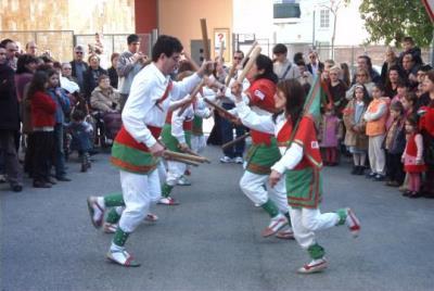 Una actuació del ball de bastons a les Roquetes. Ajt Sant Pere de Ribes