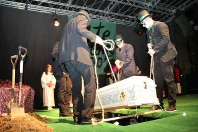Vilanova i la Geltrú tanca una setmana de diversió i bogeria amb l'enterrament del Rei Carnestoltes. Ajuntament de Vilanova