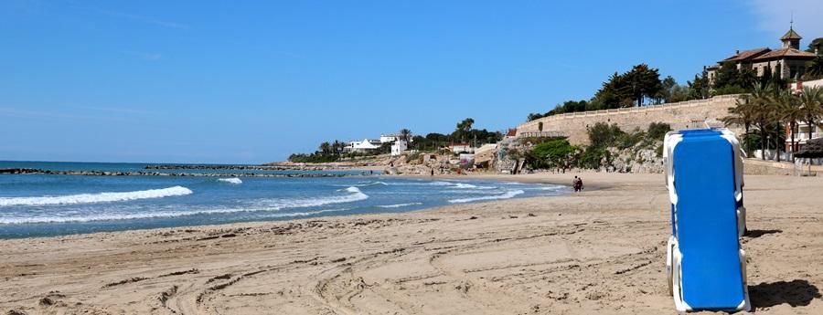 Pla general d'una platja de Vilanova i la Geltrú. Al fons, la platja de la República i el Xalet del Nin