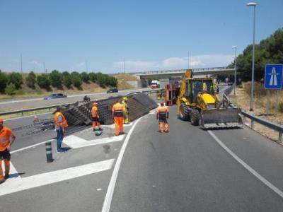 Aparatós accident d'un camió carregat de ferros a l'AP-7 a Vilafranca. Ramon Delgado