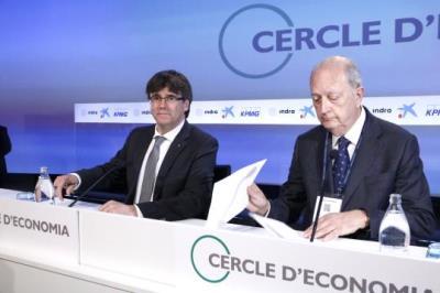 Carles Puigdemont i Juan José Brugera, parlant a cau d'orella a l'inici de la XXXIII Reunió del Cercle d'Economia a Sitges. ACN
