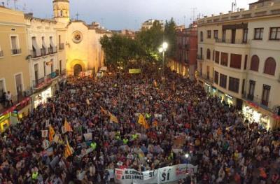 Concentracions multitudinàries a les portes dels ajuntaments del Penedès i Garraf  en suport al referèndum. Ajt, Els Monjos