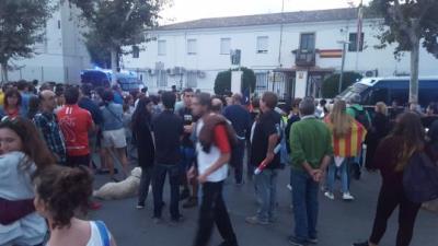 Desenes de persones es concentren davant de la caserna de la Guàrdia Civil de Vilanova per l'escorcoll a una impremta. EIX