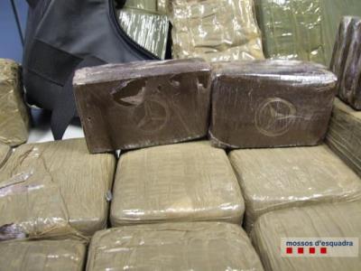 Detinguts cinc traficants a Vilanova amb 30 quilos d'haixix valorats en 45.000 euros en el mercat negre. Mossos d'Esquadra