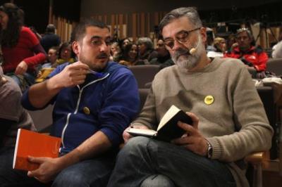 El candidat de la CUP, Carles Riera, parla amb l'exdiputat Quim Arrufat abans del míting a Vilanova i la Geltrú. ACN
