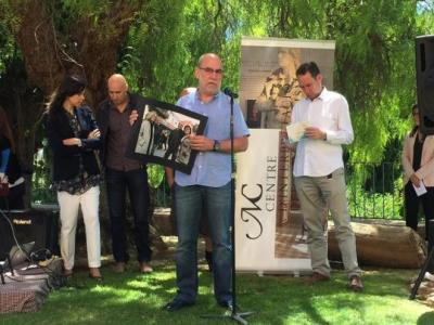 El portaveu del jurat dels Molero, Lluís Gené, mostra la fotografia guanyadora dels Molero, de Carles Castro. EIX