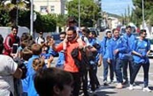 Els jugadors i l'entrenador de l'equip del CDRibes, són rebuts pels aficionats al Bosc de Plaça