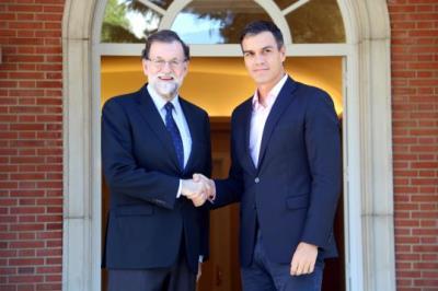 Imatge de l'encaixada de mans entre el president espanyol, Mariano Rajoy, i el líder del PSOE, Pedro Sánchez, el 2 d'octubre a la Moncloa. ACN