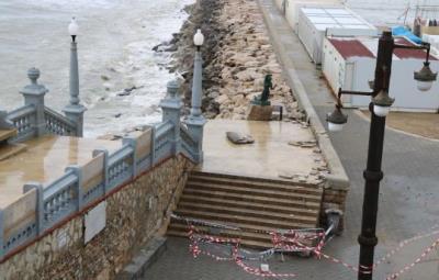 Imatge de les escales de la Punta de Sitges amb les rajoles aixecades pel temporal i l'accés als vianants tallat. ACN