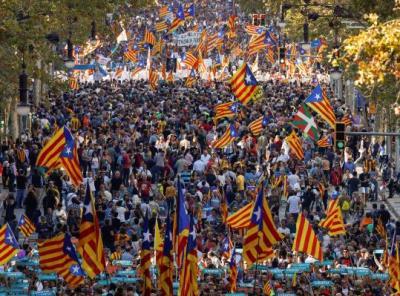 La manifestació al Passeig de Gràcia de Barcelona per reclamar la llibertat de Jordi Sànchez i Jordi Cuixart, el 21 d'octubre. REUTERS/Gonzalo Fuentes