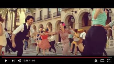La plaça de la Vila, a ritme de swing, protagonista del nou anunci de Vichy Catalan. EIX