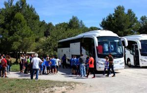 L'afició pujant als autobusos que els duran a l'Hospitalet