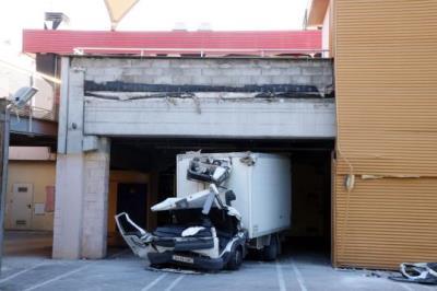 Mor un camioner al polígon les Mates del Vendrell en caure-li una placa de formigó damunt el vehicle. ACN