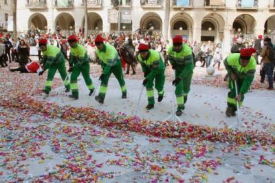 Pla general de mitja dotzena d'operaris de neteja de Vilanova i la Geltrú escombrant els quilos de caramels acumulats en la guerra de les Comparses. A