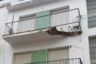 Pla obert del balcó parcialment esfondrat a Sitges arran dels aiguats del 18 d'octubre . Ajuntament de Sitges